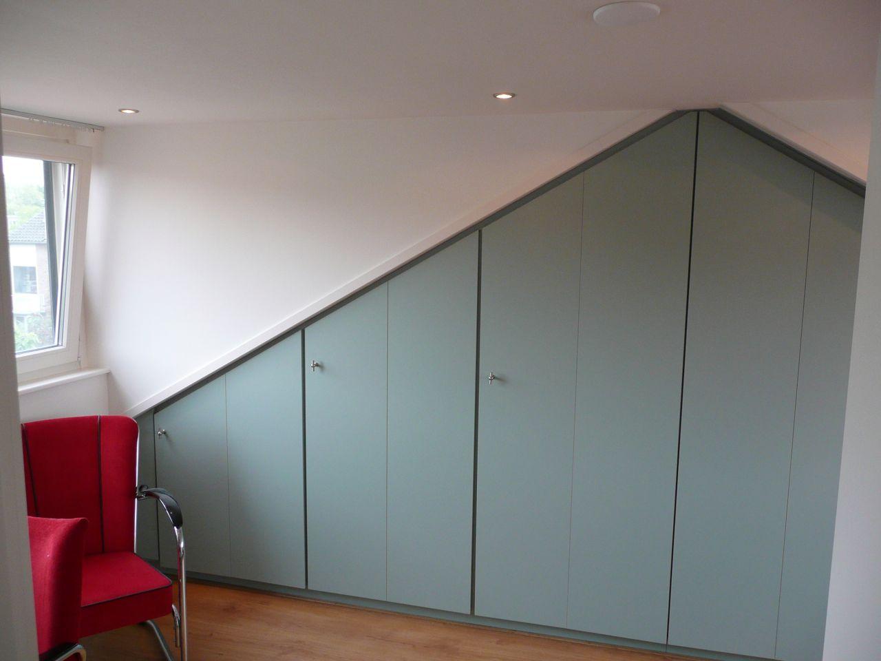 Zolder Kast Schuine Wand: Kasten onder een schuin dak. Kastruimte op ...